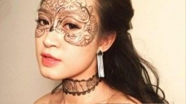 Bí quyết khi trang điểm mắt của Ly: Có 2 loại mascara cho lông mi, 1 loại đầu nhỏ để tách mi, 1 loại làm dầy để cho mi thêm cong và dài hơn.