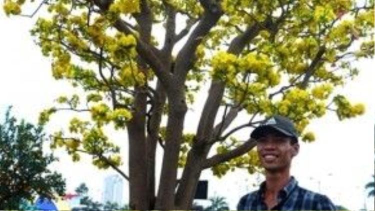 … và cả trung niên đều muốn ghi lại khoảnh khắc xuân bên cây mai độc đáo.