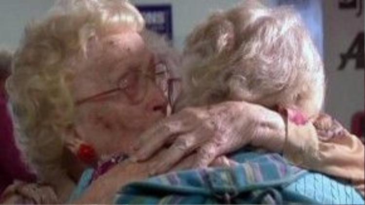 Giây phút đoàn tụ của hai mẹ con bà Betty Morrell sau 82 năm xa cách.