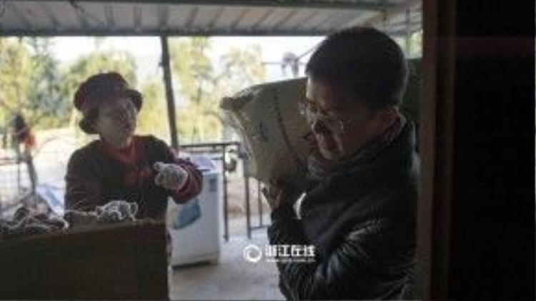 Mỗi tháng, bà Weng phải bỏ ra một số tiền tương đương 23 triệu đồng để mua thức ăn cho các chú chó mèo.