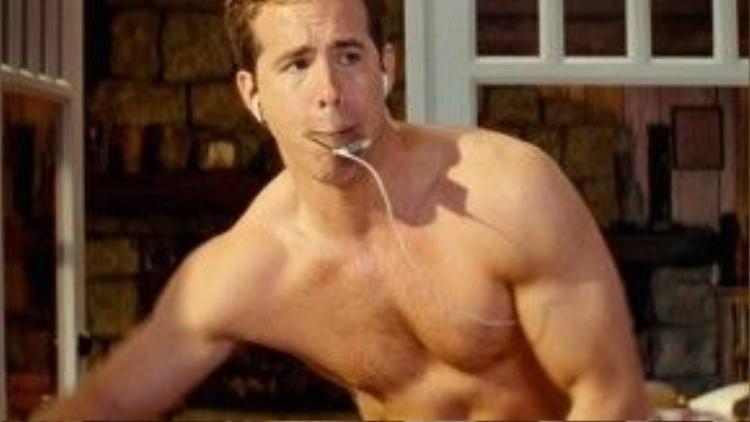 Một cảnh anh chàng khoe cơ thể đẹp như tượng trong phim The Proposal.