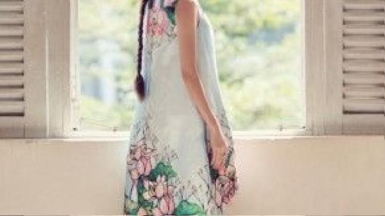 """Đầm high low dáng suông, in ấn họa tiết hoa sen nằm trong bộ sưu tập """"Lúng liếng"""" của nhà thiết kế Thủy Nguyễn rất thích hợp với mọi vóc dáng từ thanh mảnh đến đầy đặn, tạo cảm giác thoải mái cho người mặc những ngày du xuân."""