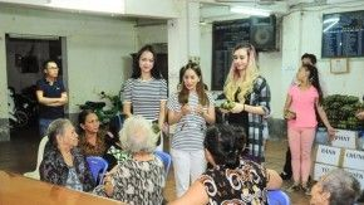 Cả ba cô trò cùng trò chuyện thân mật với những cụ bà lớn tuổi.