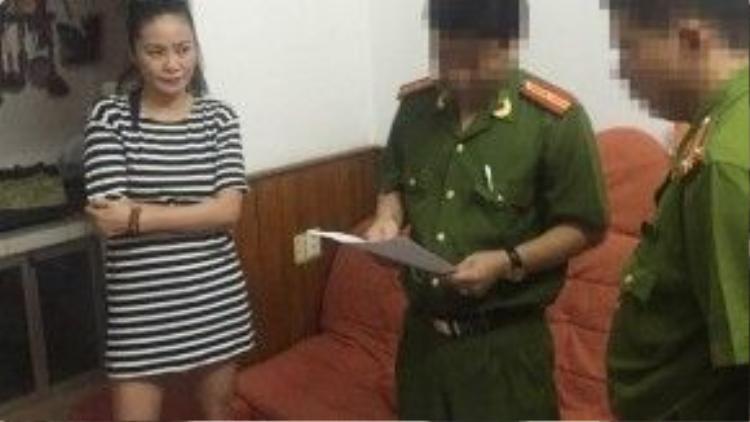 Cảnh sát đọc lệnh bắt Trần Thị Hương Giang.