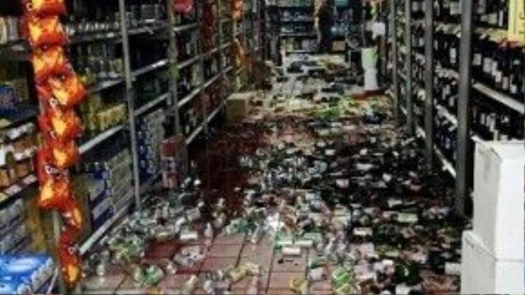 Cảnh hỗn độn bên trong một siêu thị.