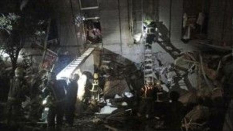 Đội cứu hộ đang chạy đua với thời gian để giải cứu các nạn nhân trong đống đổ nát.