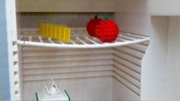 Không chỉ tủ lạnh mà đồ ăn thức uống bên trong cũng được đồng bộ hóa từ A đến Z bằng LEGO.