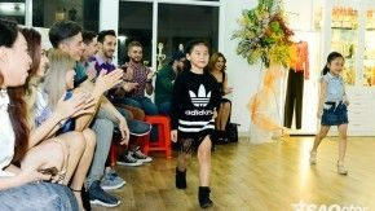 Ngoài ca hát, các em nhỏ còn thể hiện khả năng catwalk cực đỉnh của mình.