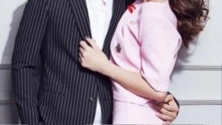 Trong khi Đông Nhi chọn bộ đầm chanel hồng thạch anh nhã nhặn thì Ông Cao Thắng diện vest hiện đại khi mix với quần jeans.