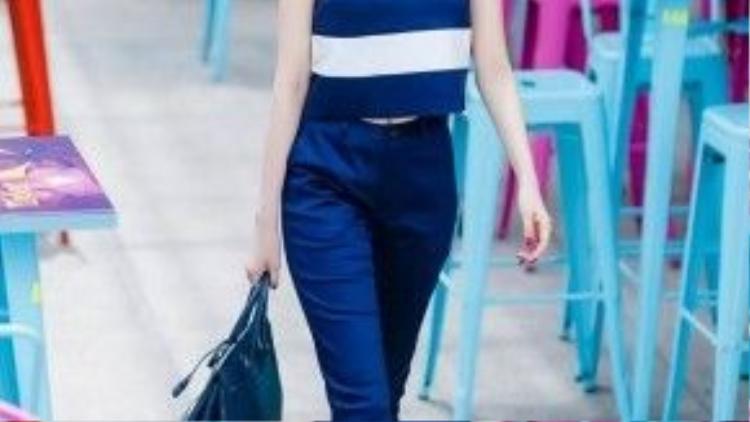 Trong thời trang dạo phố, kẻ sọc thể hiện sự khỏe khoắn, cá tính khi đi cùng jeans…