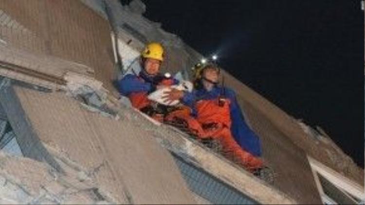 Lực lượng cứu hộ đã giải cứu được 221 người sống sót trong chung cư bị đổ.