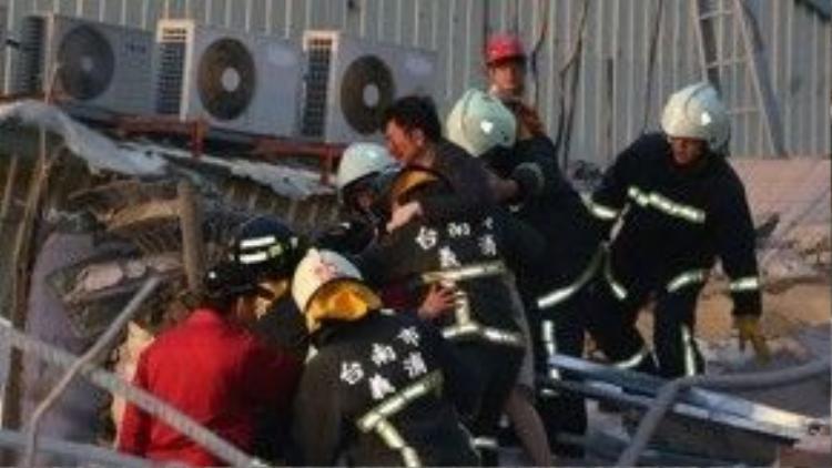 Một tòa nhà 16 tầng bị đổ do động đất và hơn 30 người đã được giải cứu khỏi đống đổ nát.