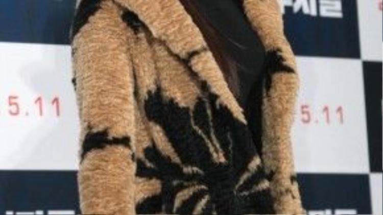 """Người đẹp màn ảnh Jung Yu Mi lộ gương mặt đầy đặn khi dự buổi công chiếu phim mới vào tháng 11/2015. Cô cũng che thân hình tăng cân trong trang phục """"giấu quần""""."""