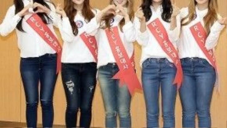 """Dự sự kiện vào đầu tháng 2, nhóm """"em gái SNSD"""" Red Velvet gây bất ngờ vì vẻ ngoài tăng cân. Trong trang phục áo sơ mi trắng và quần jeans, các thành viên để lộ đôi chân mũm mĩm, đặc biệt là thành viên Wendy."""