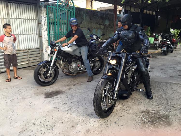 Sài Gòn náo loạn trước sự xuất hiện của Batman ngày cận Tết