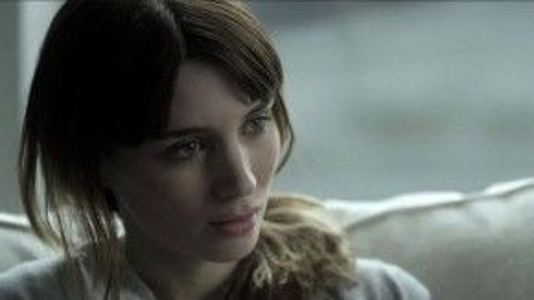 Rooney Mara còn có vai diễn ấn tượng Emily Taylor trong Side Effects (2013). Trong tác phẩm của đạo diễn Steven Soderbergh, nữ minh tinh một lần nữa chứng tỏ khả năng diễn xuất đa dạng khi hóa thân thành một người vợ đầy mưu mô được che đậy bởi vẻ ngoài yếu đuối.