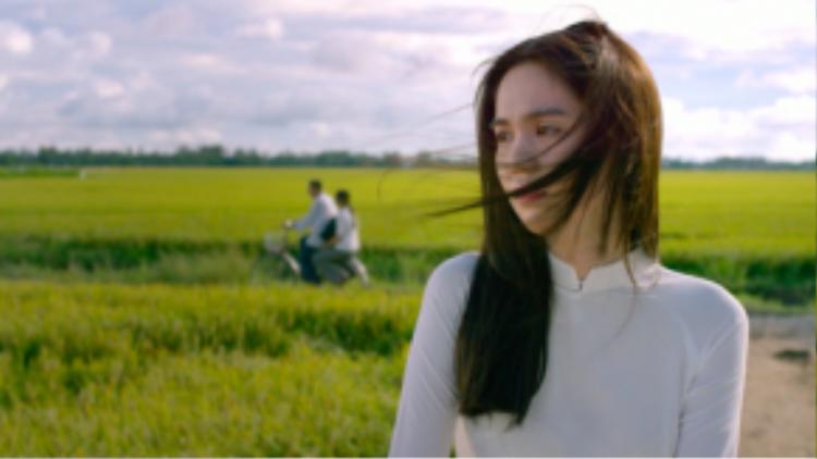 Hình ảnh Ngọc Trinh trong thân phận một cô nữ sinh thôn quê.