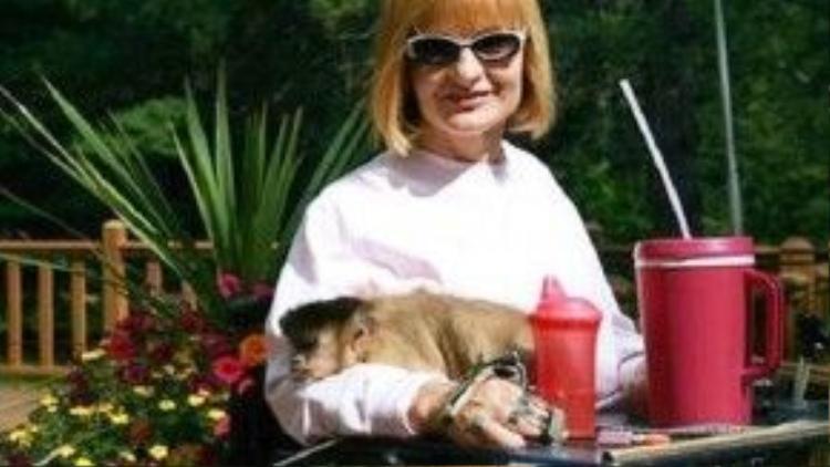 """Chị Marie Kay bị liệt từ ngực trở xuống sau một tai nạn ô tô nhiều năm trước. Khi biết tới dịch vụ khỉ giúp đỡ người tàn tật, chị liền liên lạc để được nhận sự trợ giúp của loài vật đáng yêu này. Cho đến giờ, Marie và con khỉ của mình đã phát triển một mối quan hệ rất gần gũi và cô vô cùng cảm động trước những gì cô khỉ Amy đã làm cho cô. """"Điều tôi thích nhất là Amy ngồi sát cạnh tôi, nhìn thẳng vào mắt tôi và đập hai môi của nó lại với nhau. Trong ngôn ngữ của khỉ, điều đó có nghĩa là Tôi yêu bạn"""", Marie chia sẻ."""