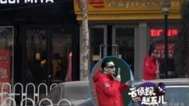 Lục Tiểu Linh Đồng già nua trên đường phố.