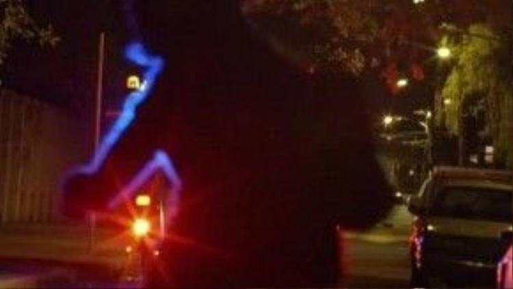Khoảnh khắc chiếc xe cảnh sát lao vào một bóng người để nhắc nhớ đến việc cảnh sát bắn chết những người da màu vô tội.