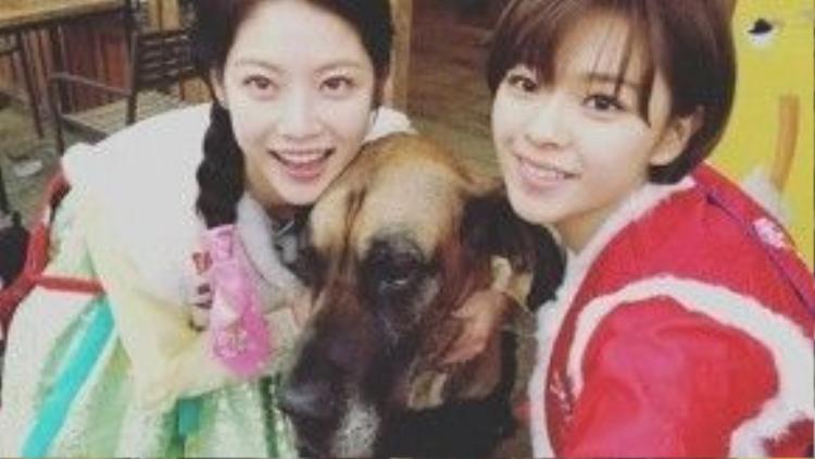 Cặp chị em Gong Seung Yeon - Jungyeon (TWICE) tranh thủ chụp ảnh tự sướng khi ghi hình cho show thực tế We Are Siblings.