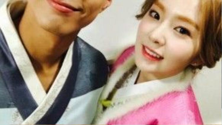 Irene của Red Velvet cùng người bạn dẫn là nam diễn viên Park Bo Gum mặc hanbok ghi hình cho số mừng năm mới của Music Bank.