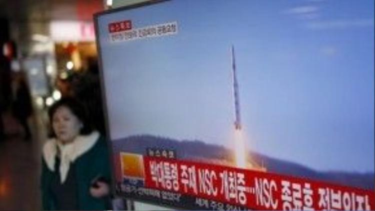 Truyền hình Hàn Quốc đưa tin về vụ phóng tên lửa của Bình Nhưỡng ngày 7/2 - Ảnh: Reuters