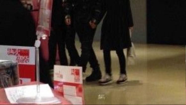Chiều cùng ngày, cặp sao vội vàng đi mua sắm tại trung tâm thương mại Thanh Đảo.