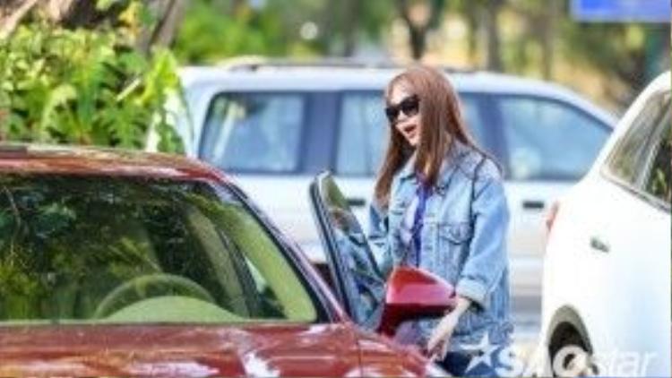 Nữ ca sĩ - diễn viên nhanh chóng lái xe ra về để chuẩn bị di chuyển xuống địa điểm biểu diễn tại Bình Dương.