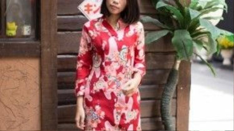 Cô gái tóc ngắn cá tính này quyết định diện áo dài cổ kimono cách điệu cùng skinny jean, nàng ghi điểm tuyệt đối trong tà áo dài hoa đỏ mang hơi thở xứ mặt trời mọc này.