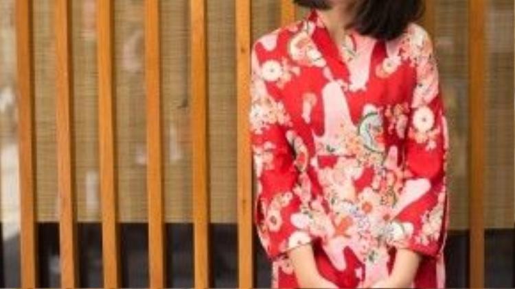 Nàng Anh Lê, một fashionista yêu thích Jpop lại diện áo dài theo phong cách Nhật khá lạ mắt. Đây là thiết kế nằm trong bộ sưu tập của nhà thiết kế Quảng Trọng Quang Nhật.