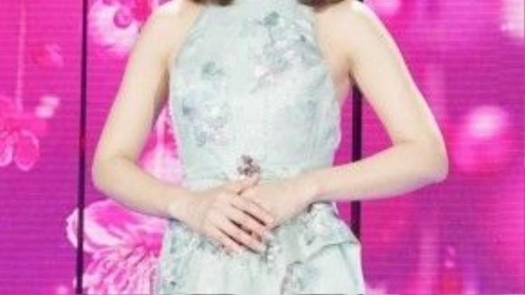 Lâm Tâm Như dịu dàng trong bộ váy cách điệu.