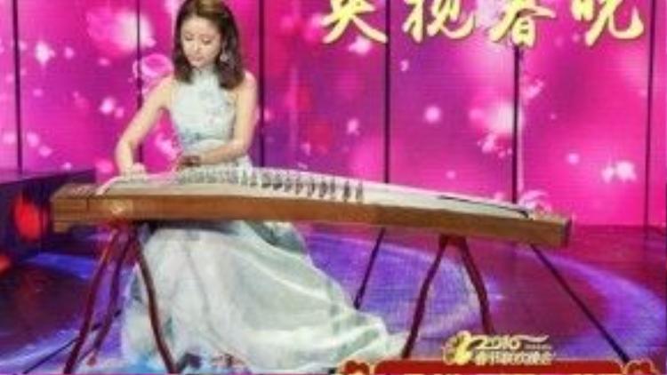 Lâm Tâm Như thể hiện khả năng chơi đàn tranh.