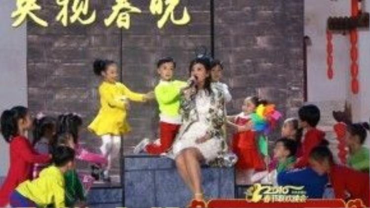 Triệu Vy trình bày ca khúc Ngõ sáu thước - một ca khúc quen thuộc về quê nhà tỉnh An Huy. Cô được dàn thiếu nhi múa phụ họa.