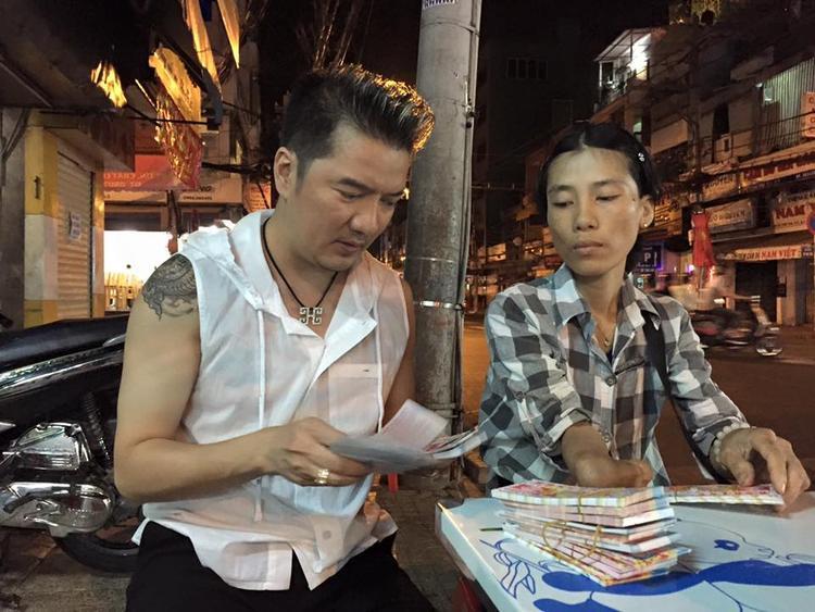 Đàm Vĩnh Hưng mua nóng 600 tờ vé số giúp người nghèo trong đêm giao thừa