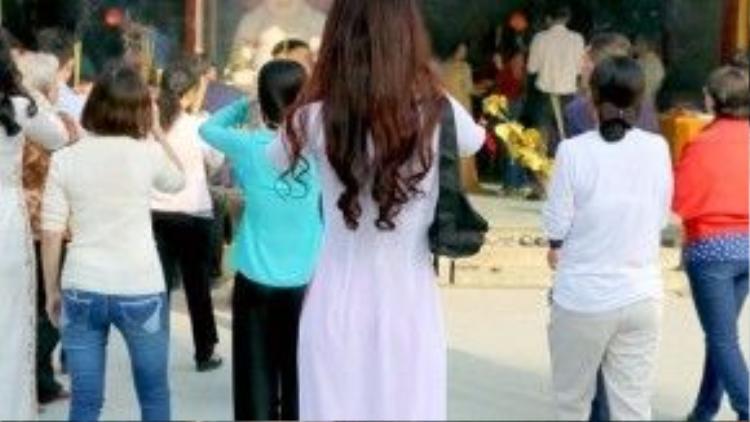 Chiếc áo dài tôn dáng của người con gái, tạo vẻ thanh thoát, nhẹ nhàng và cũng rất đằm thắm.