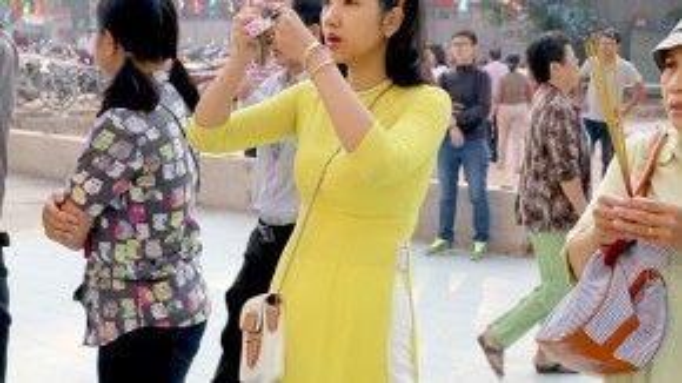 Chiếc áo dài vạt ngắn đã trở thành một mốt thời trang với giới trẻ hiện nay.