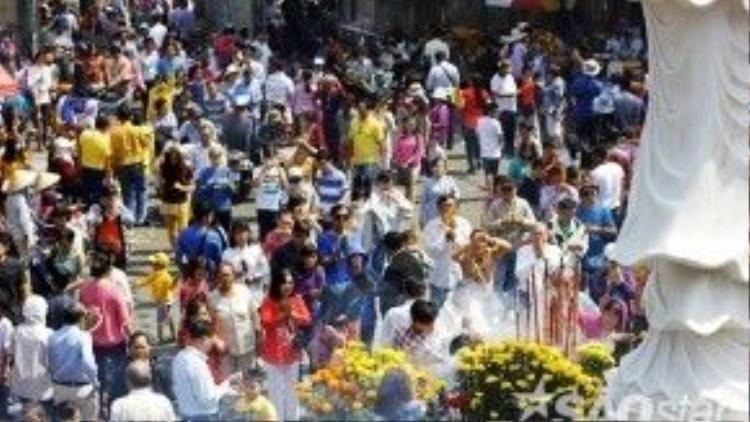 Chùa Vĩnh Nghiêm (TP HCM) nhộn nhịp khách đến lễ Phật ngày đầu năm.