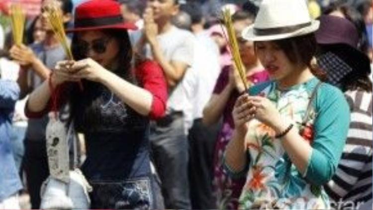 Hai cô gái xinh đẹp kết hợp áo dài cách tân và những chiếc mũ hiện đại trông rất cá tính.