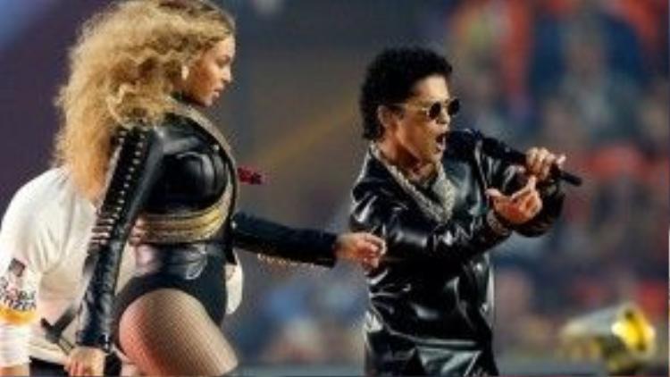 """Beyoncé và Bruno Mars """"song đấu vũ đạo"""" ngay trên sân khấu."""