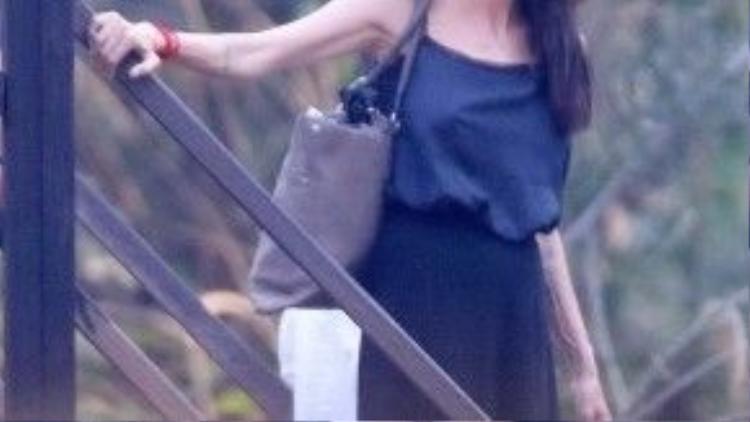 Angelina Jolie được trông thấy ở phim trường hôm 7/2 ở Campuchia.