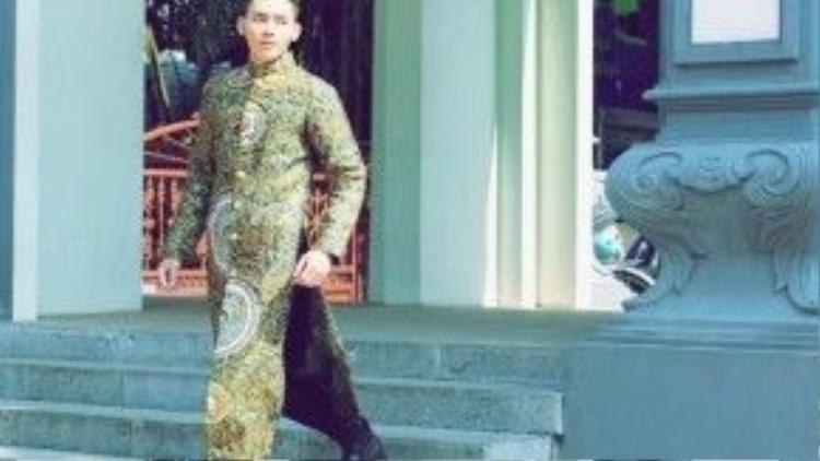 Diện áo dài vào những ngày Tết, giải bạc Siêu mẫu Mạnh Khang thể hiện phong thái lịch lãm, hiện đại nhưng không kém sành điệu.