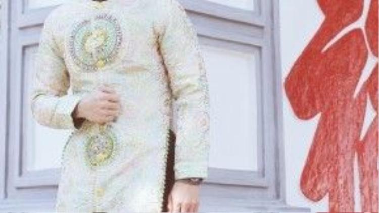 Chọn trang phục của nhà thiết kế Nhật Dũng, siêu mẫu trẻ xuất hiện lịch lãm với hình ảnh quý ông sang trọng, mang phong cách hoàng gia với chất liệu gấm nhung được kết cầu kì thủ công bằng tay.