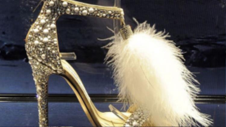 Cận cảnh chiếc giày gắn lông vũ đẹp từng centimet của Jimmy Choo.
