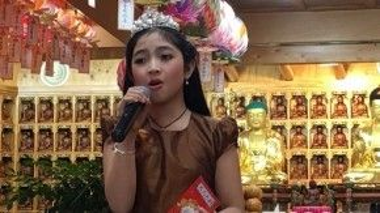 Cô bé liên tục trình diễn những bài hát liên quan đến Phật pháp trong minishow.