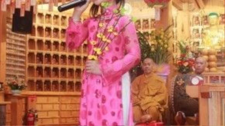 Cô bé xuất hiện với khá nhiều trang phục trong buổi trình diễn.