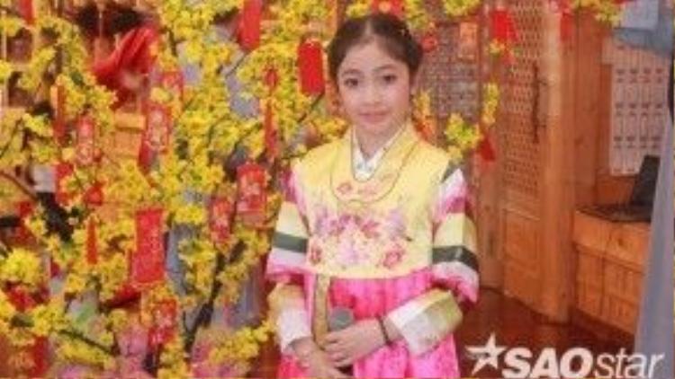 Cô bé đáng yêu trong trang phục hanbok truyền thống của Hàn Quốc.