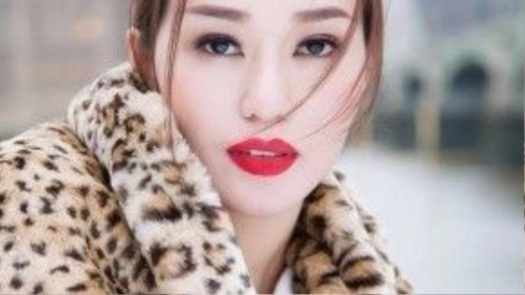 Tết với cái se lạnh đầu mùa, người đẹp làm nổi bật hơn khidiện một đôi môi đỏ quyến rũ.