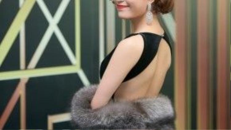 Hoàng Thùy Linh bắt đúng mốt khi kết hợp váy velvet nhung đen cùng khoác lông thú.