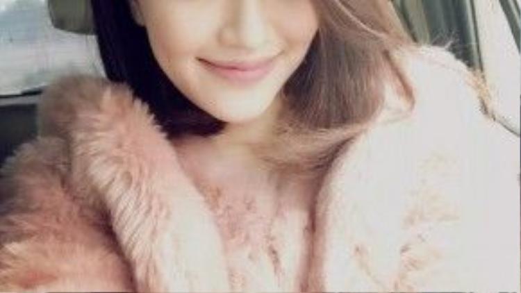 Bích Phương trông đáng yêu và dịu dàng hơn hẳn khi diện khoác lông cùng tông make up hồng đào ngọt lịm.